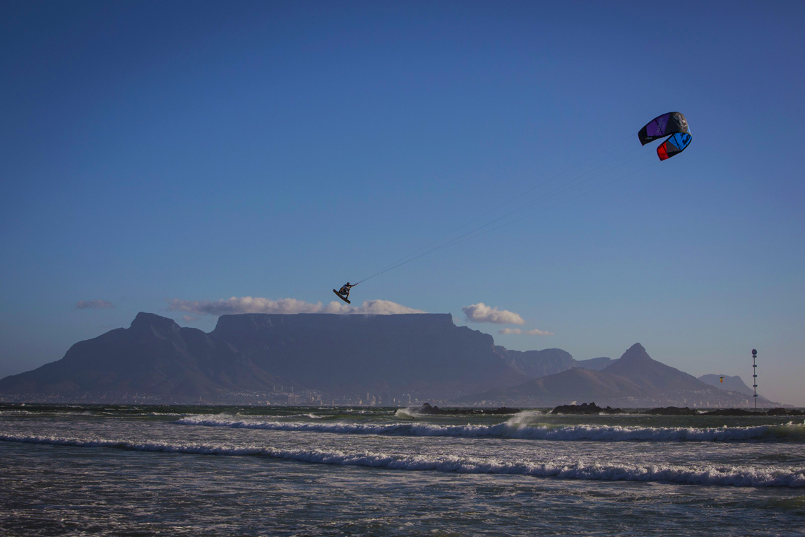 Ruben Lenten megaloop at the Red Bull King of the Air on the Best Extract kite - flying above table mountain
