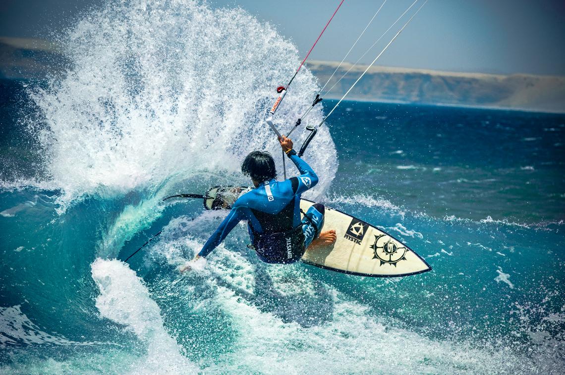 Mauricio Abreu shredding a wave