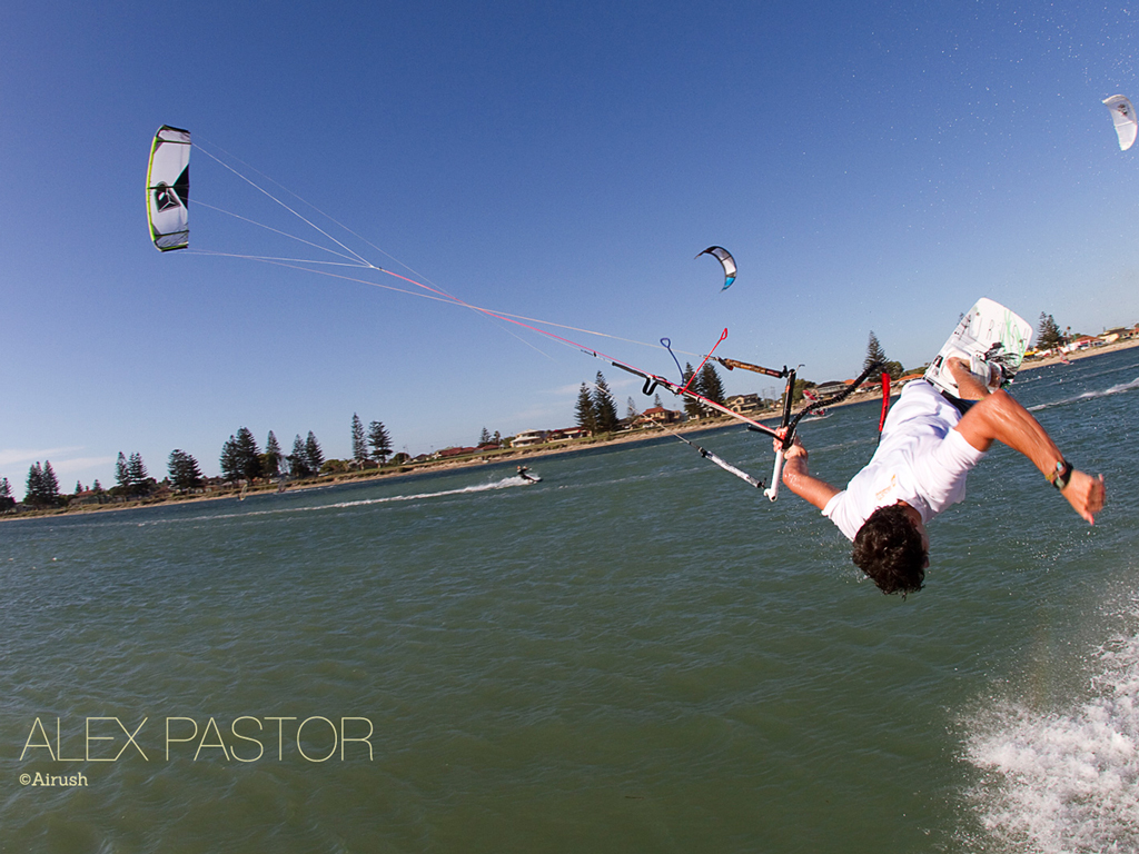 kitesurf wallpaper image - Alex Pastor with a low handlepass - in resolution: iPad 1 1024 X 768