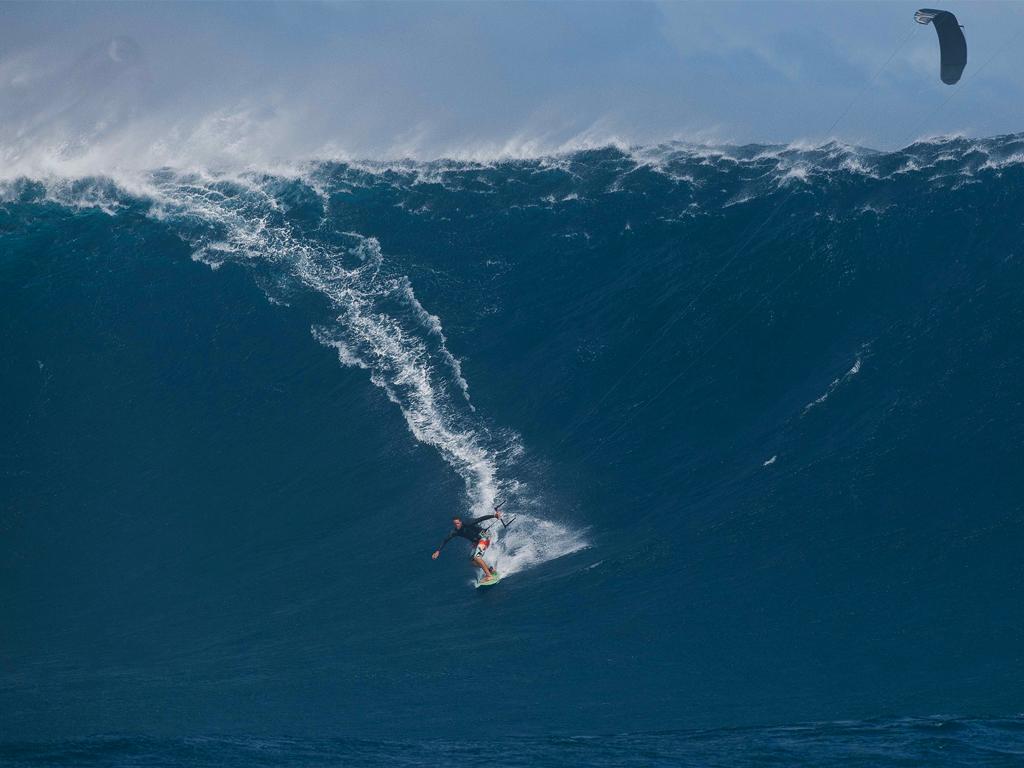 kitesurf wallpaper image - Ben Wilson on what must be the biggest wave ever kitesurfed - in resolution: iPad 1 1024 X 768