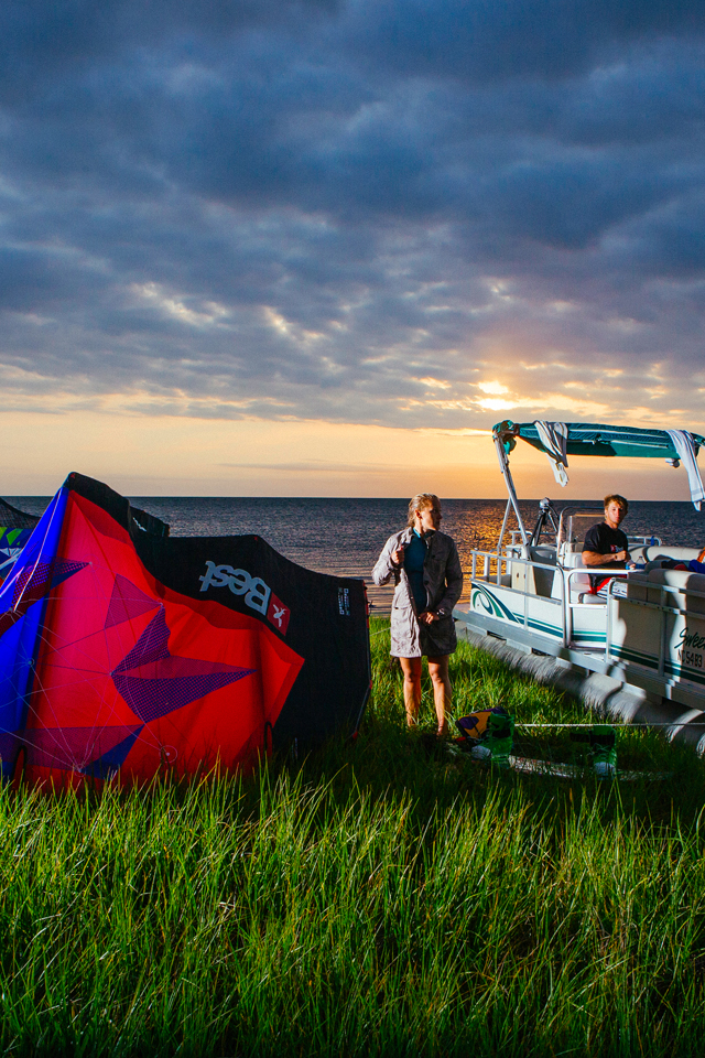 kitesurf wallpaper image - The Best kiteboarding crew chilling out at Cape Hatteras after a day on the water - in resolution: iPhone 640 X 960