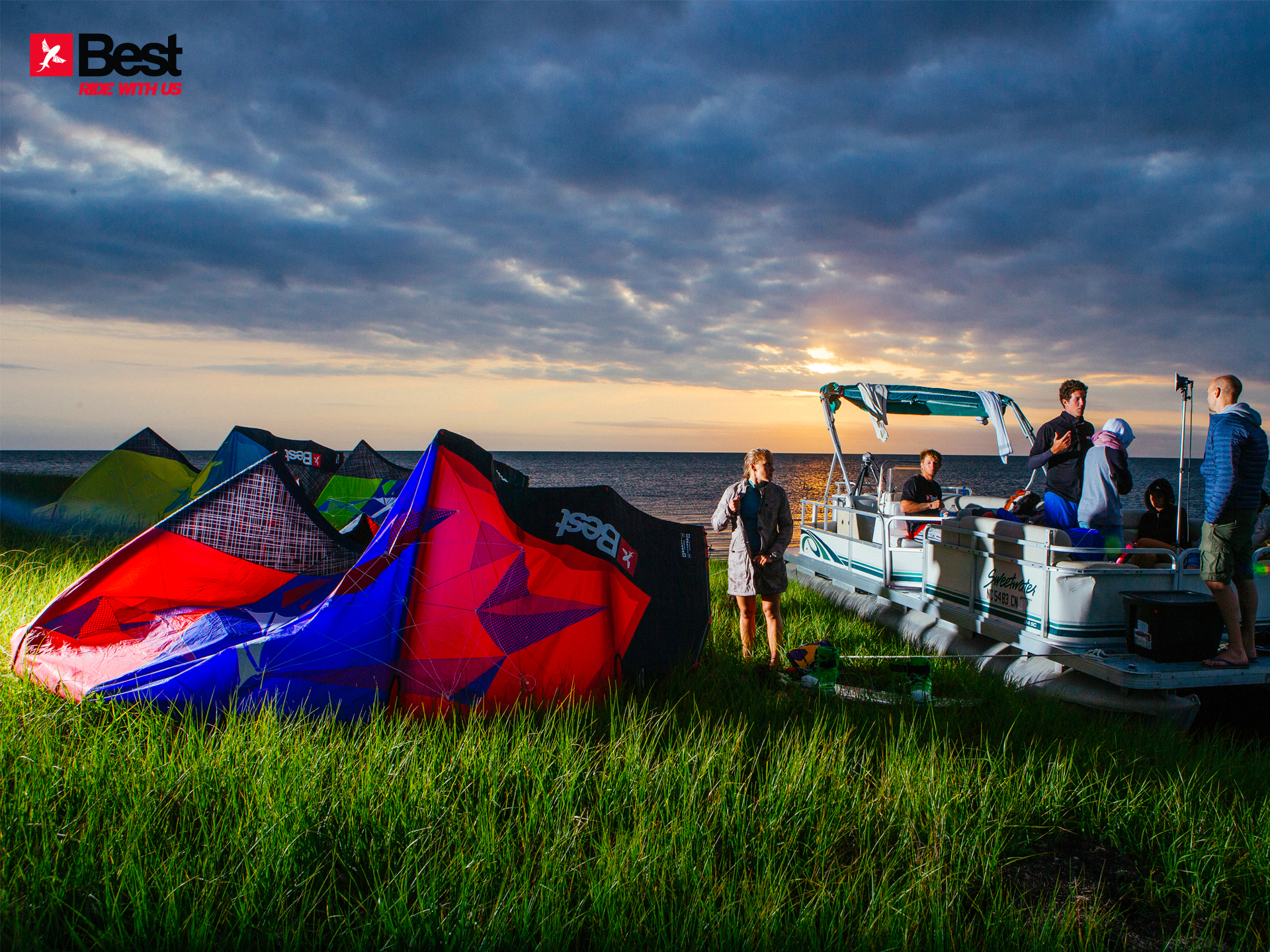 kitesurf wallpaper image - The Best kiteboarding crew chilling out at Cape Hatteras after a day on the water - in resolution: Standard 4:3 1920 X 1440