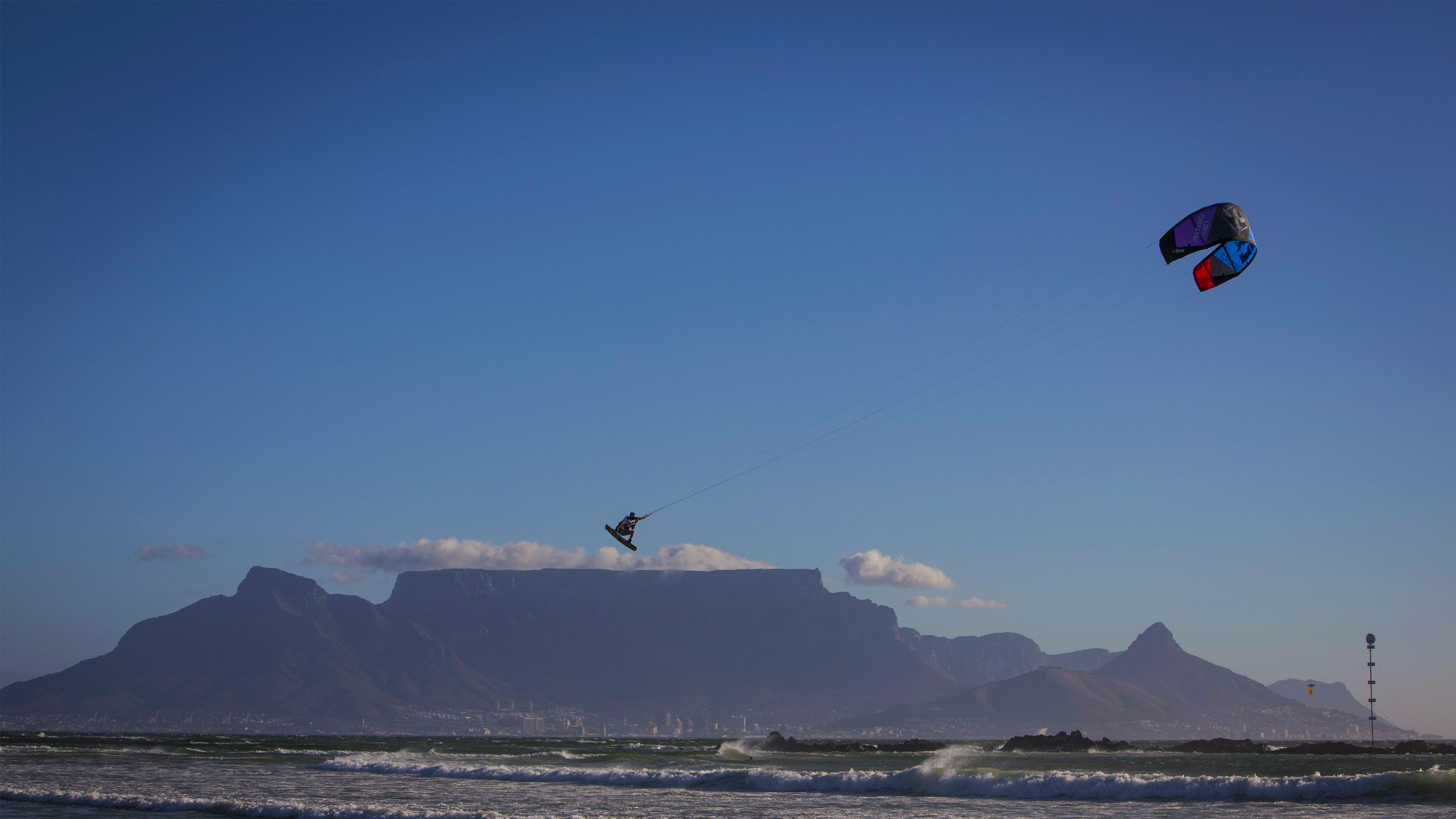 kitesurf wallpaper image - Ruben Lenten megaloop at the Red Bull King of the Air on the Best Extract kite - flying above table mountain    - in resolution: High Definition - HD 16:9 2400 X 1350