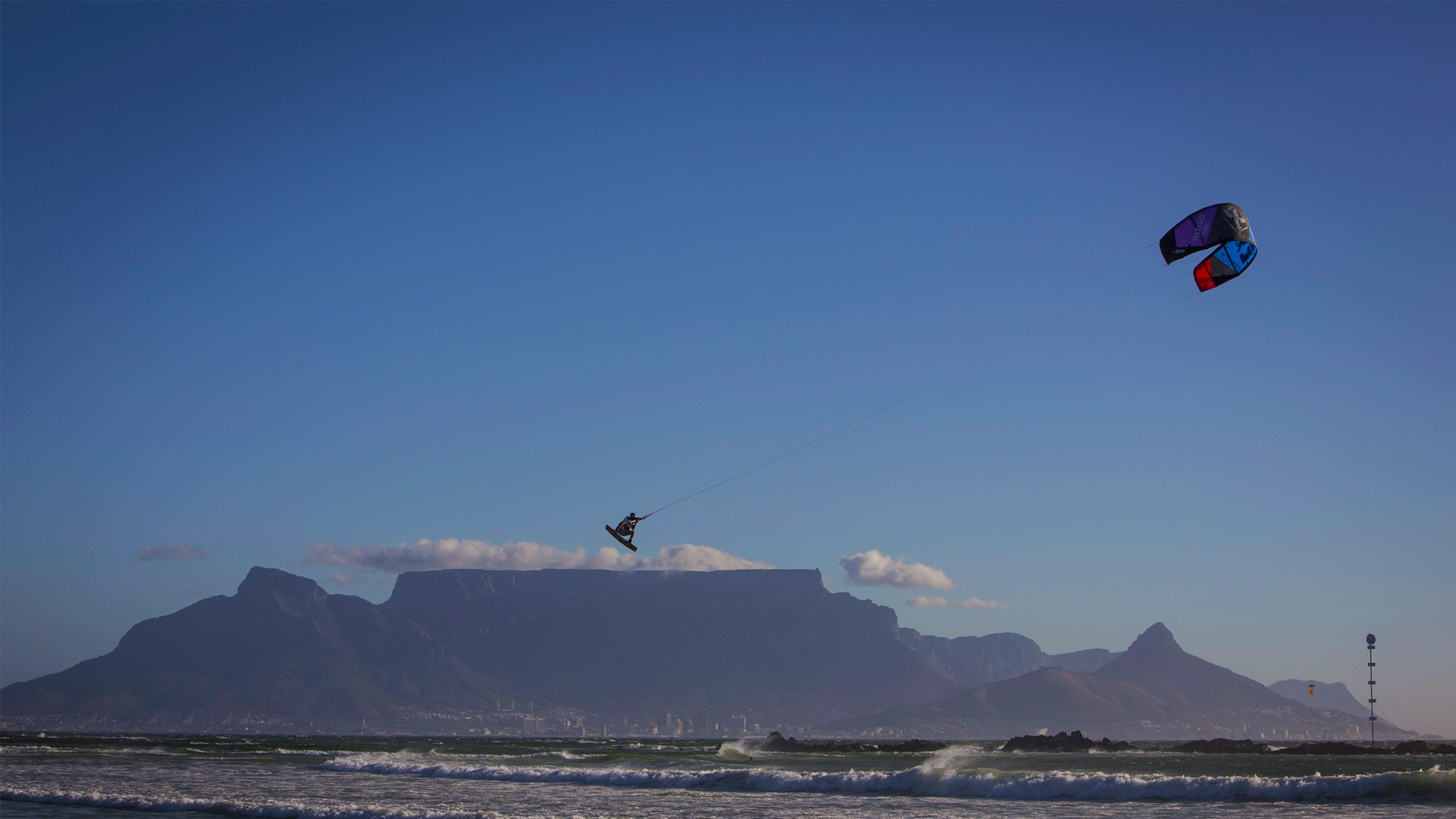 kitesurf wallpaper image - Ruben Lenten megaloop at the Red Bull King of the Air on the Best Extract kite - flying above table mountain    - in resolution: High Definition - HD 16:9 1920 X 1080