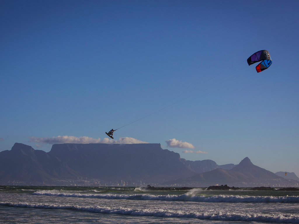kitesurf wallpaper image - Ruben Lenten megaloop at the Red Bull King of the Air on the Best Extract kite - flying above table mountain    - in resolution: iPad 1 1024 X 768
