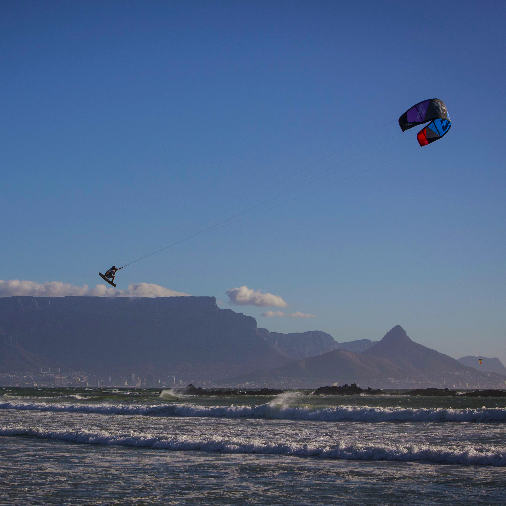 kitesurf wallpaper image - Ruben Lenten megaloop at the Red Bull King of the Air on the Best Extract kite - flying above table mountain    - in resolution: iPad 2 & 3 2048 X 2048
