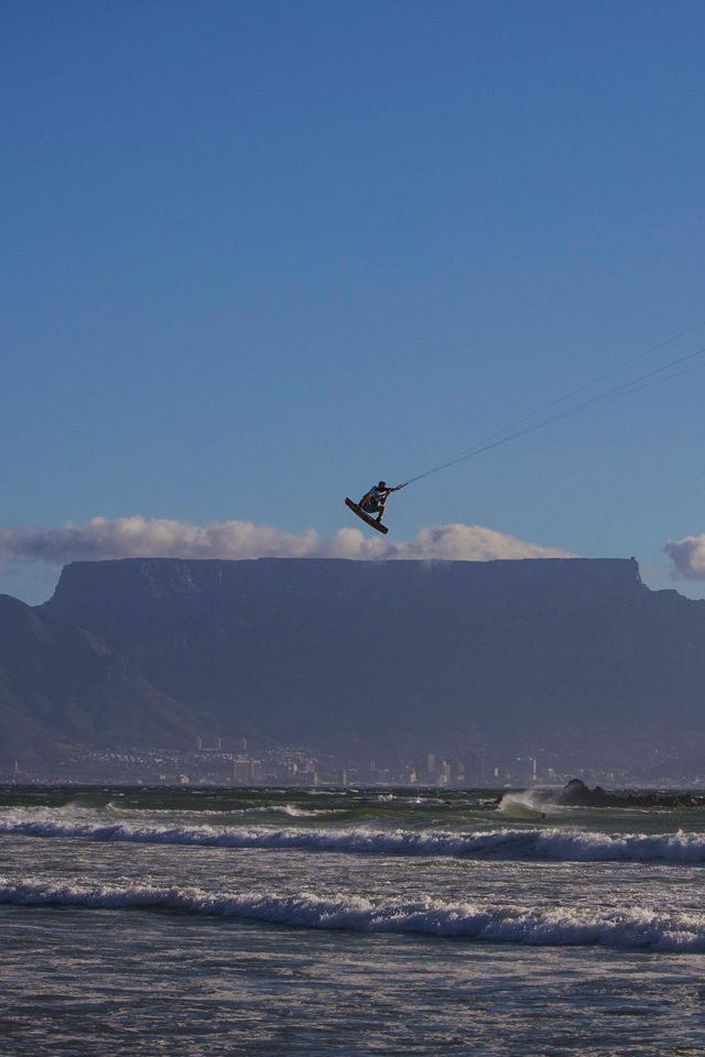 kitesurf wallpaper image - Ruben Lenten megaloop at the Red Bull King of the Air on the Best Extract kite - flying above table mountain    - in resolution: iPhone 640 X 960