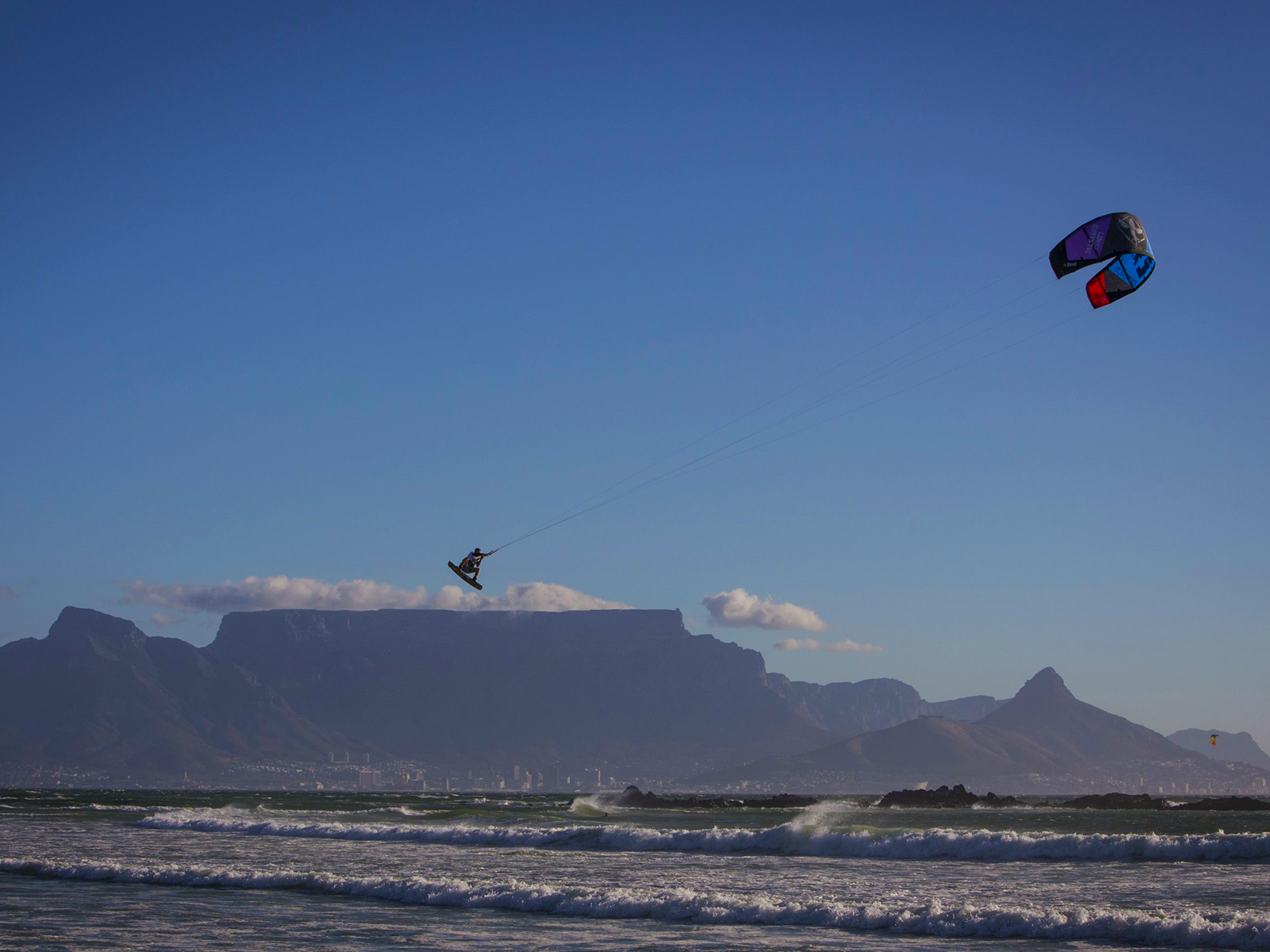 kitesurf wallpaper image - Ruben Lenten megaloop at the Red Bull King of the Air on the Best Extract kite - flying above table mountain    - in resolution: Standard 4:3 1600 X 1200