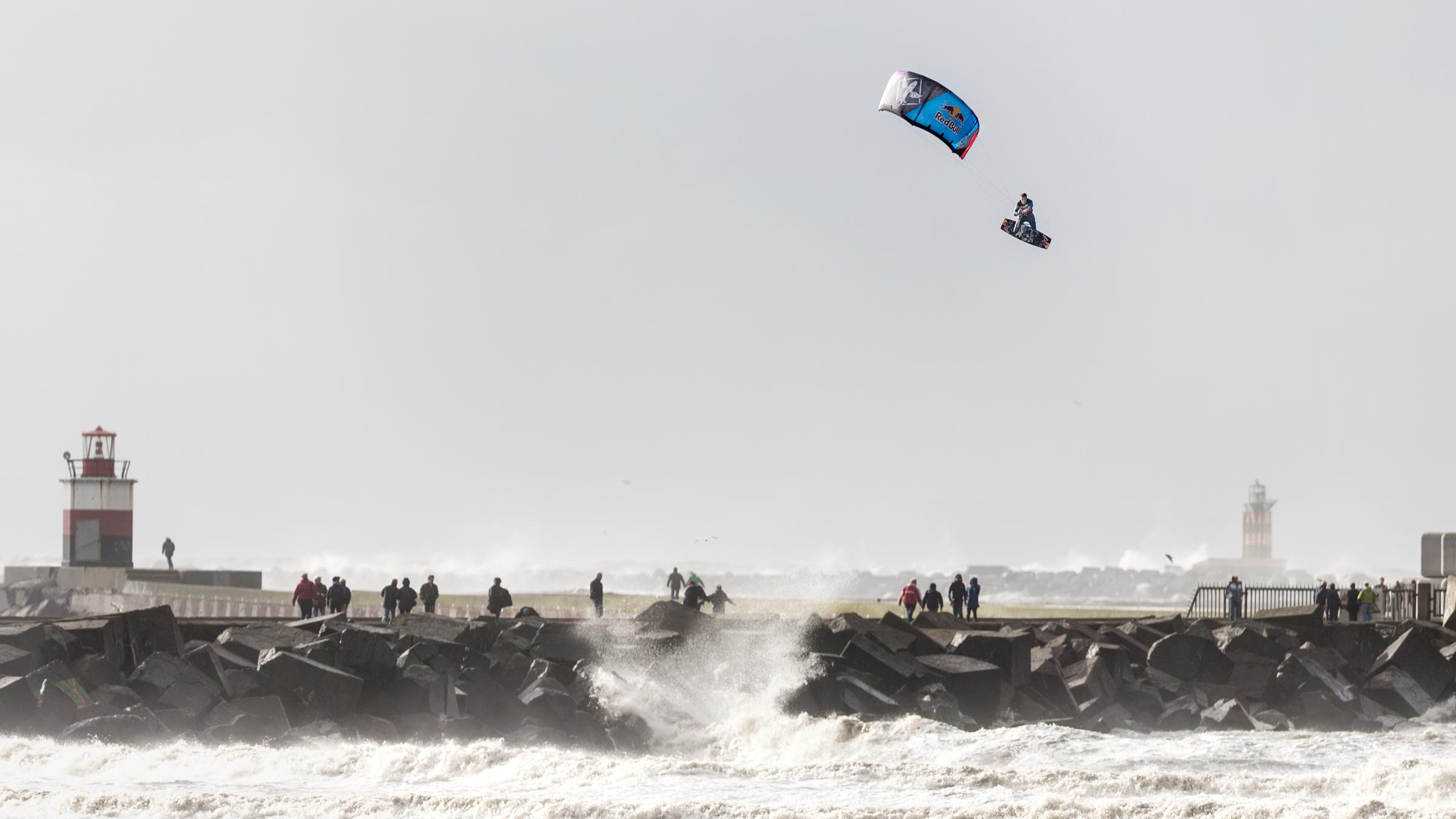 kitesurf wallpaper image - Ruben Lenten stormchasing at Wijk aan Zee megaloop - in resolution: High Definition - HD 16:9 2400 X 1350