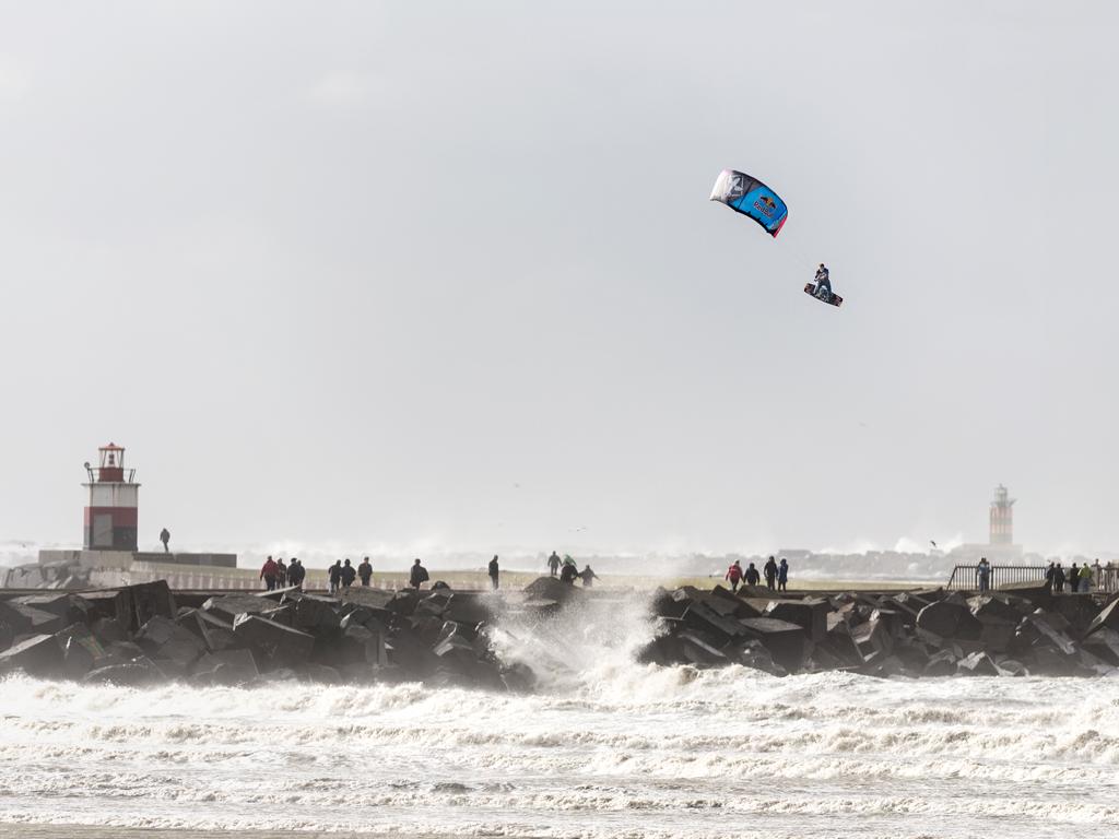 kitesurf wallpaper image - Ruben Lenten stormchasing at Wijk aan Zee megaloop - in resolution: iPad 1 1024 X 768