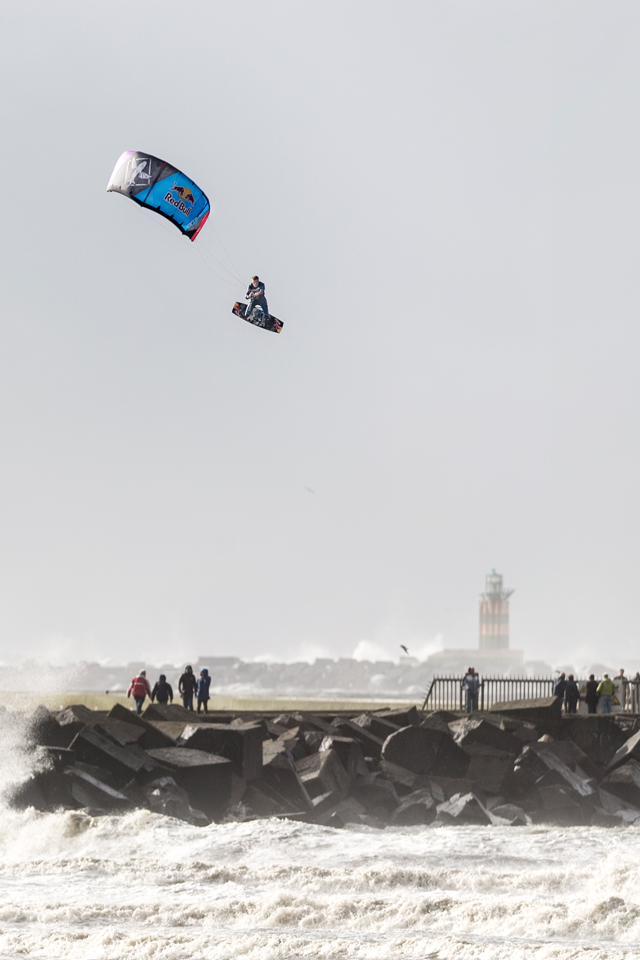 kitesurf wallpaper image - Ruben Lenten stormchasing at Wijk aan Zee megaloop - in resolution: iPhone 640 X 960