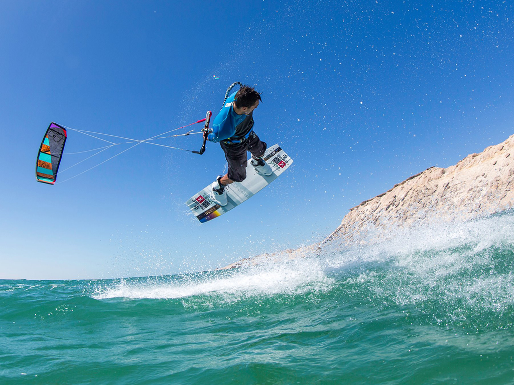 kitesurf wallpaper image - Youri Zoon with a very low handlepass - in resolution: iPad 1 1024 X 768