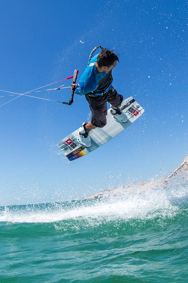 kitesurf wallpaper image - Youri Zoon with a very low handlepass - in resolution: iPhone 640 X 960