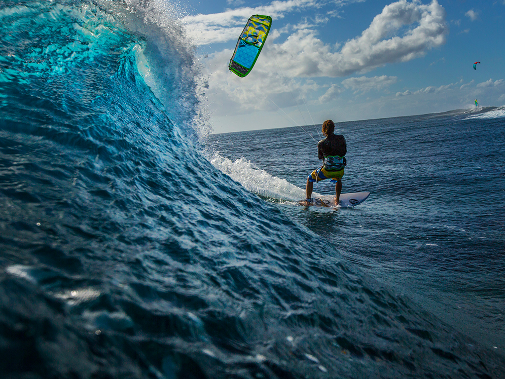 kitesurf wallpaper image - Alberto Rondina at Le Morne Mauritius - surfing a nice tropical wave. - in resolution: iPad 1 1024 X 768