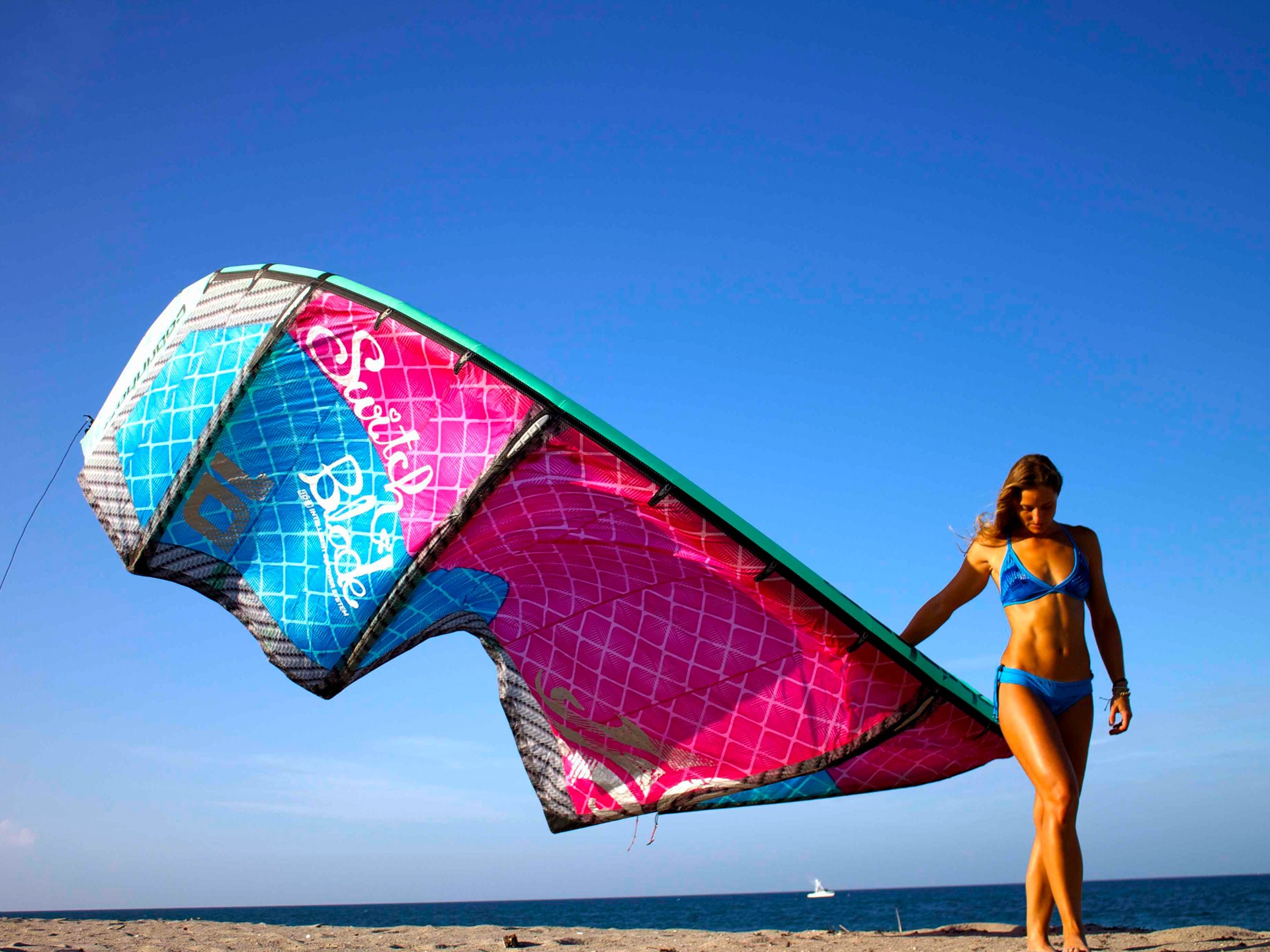 kitesurf wallpaper image - Melissa Gil with the Cabrinha Switchblade kite - in bikini on the beach - in resolution: Standard 4:3 1920 X 1440