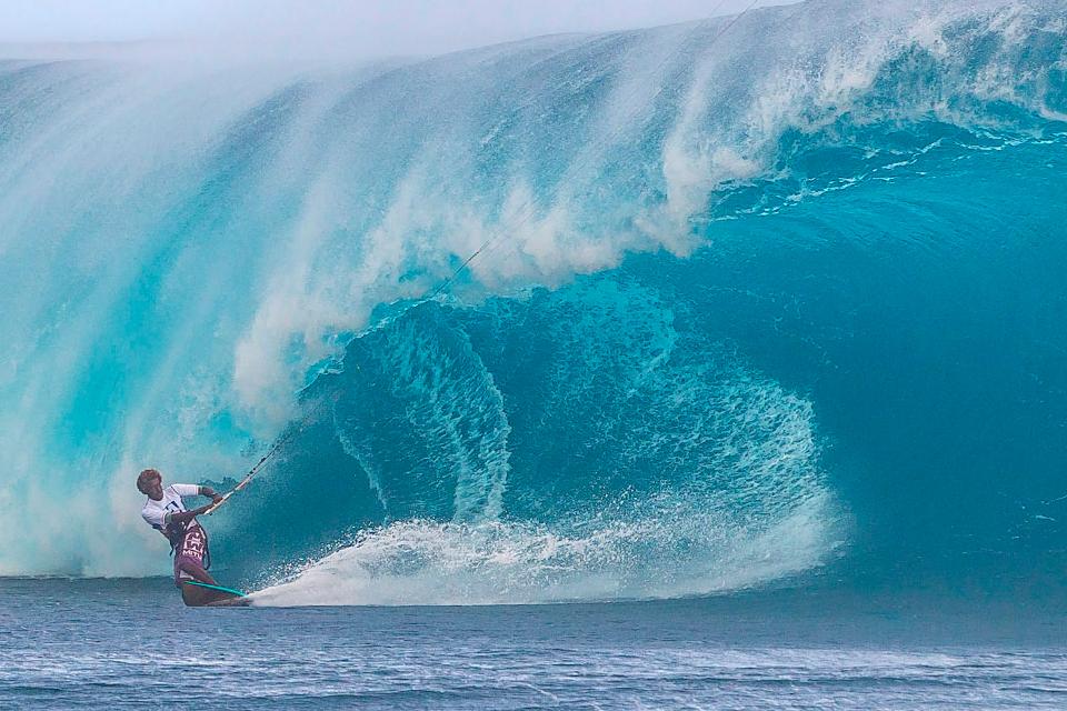 Download Wave kitesurfing wallpaper: Mitu Monteiro taking ...