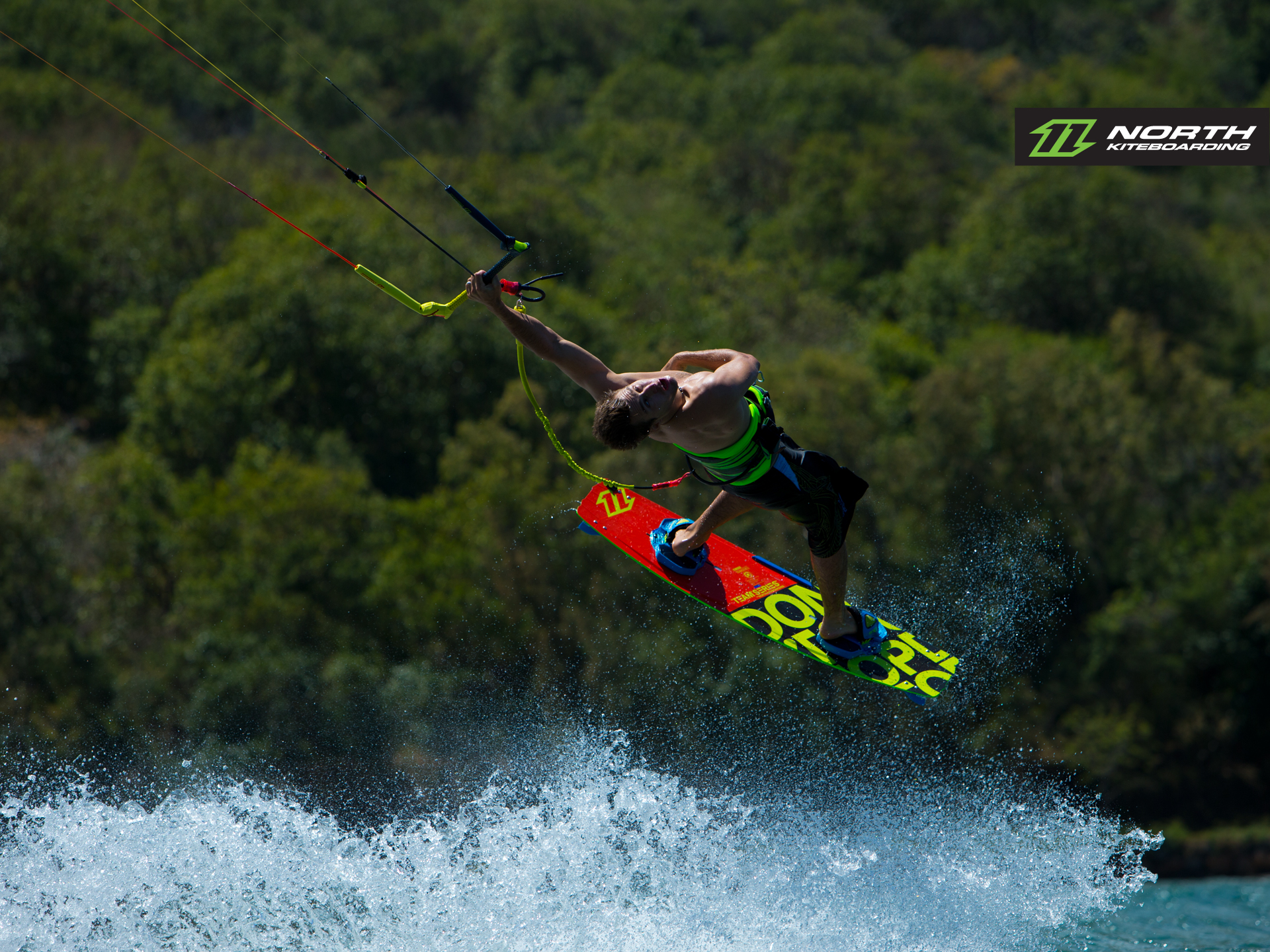 kitesurf wallpaper image - Tom Hebert swinging on one arm and riding the 2015 North Team Series - North kiteboarding - in resolution: Standard 4:3 1920 X 1440