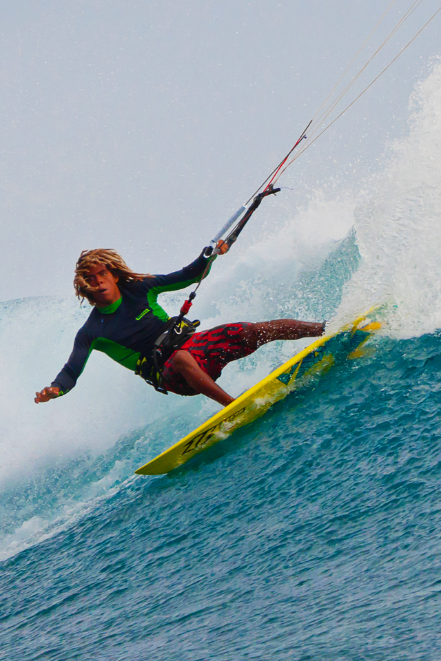 kitesurf wallpaper image - Airton Cozzolino ripping on a wave - North Kiteboarding - in resolution: iPhone 640 X 960
