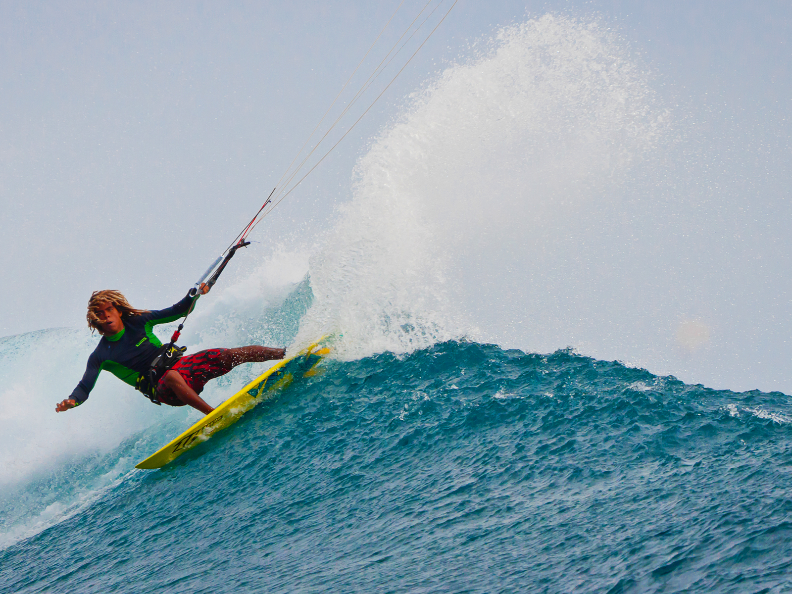 kitesurf wallpaper image - Airton Cozzolino ripping on a wave - North Kiteboarding - in resolution: Standard 4:3 1600 X 1200