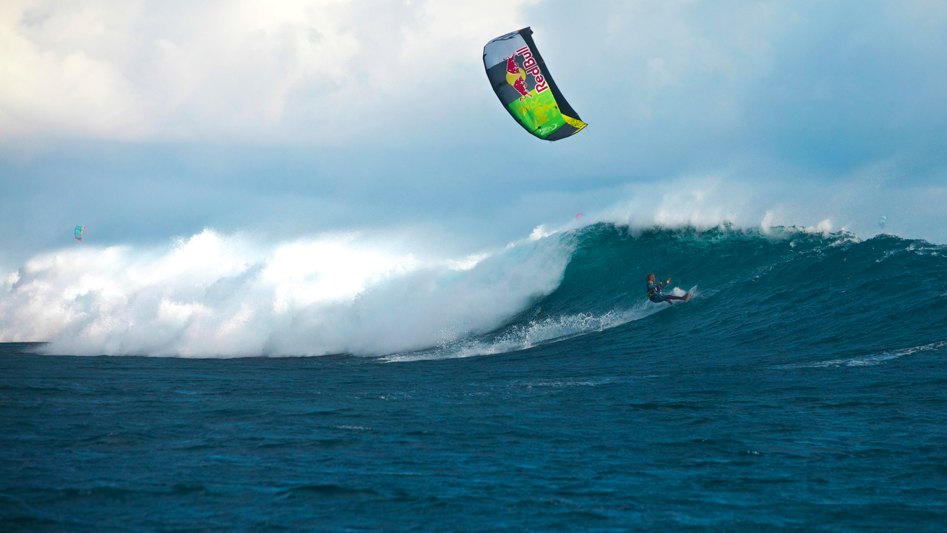 kitesurf wallpaper image - Airton Cozzolino loading up on a wave - in resolution: High Definition - HD 16:9 1920 X 1080