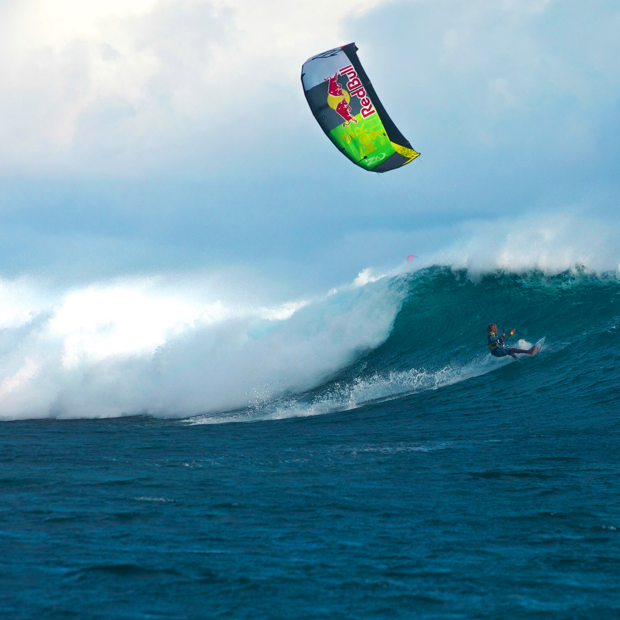 kitesurf wallpaper image - Airton Cozzolino loading up on a wave - in resolution: iPad 2 & 3 2048 X 2048