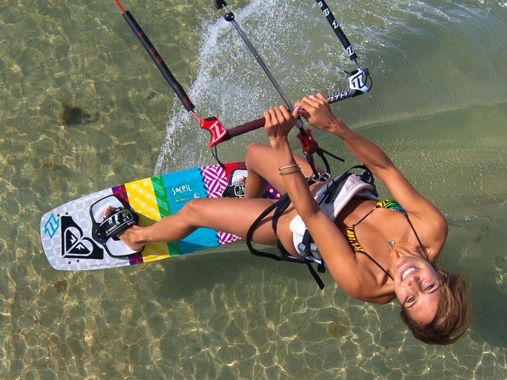 kitesurf wallpaper image - Angela Peral leaning back for the camera - kitesurfing - in resolution: iPad 1 1024 X 768