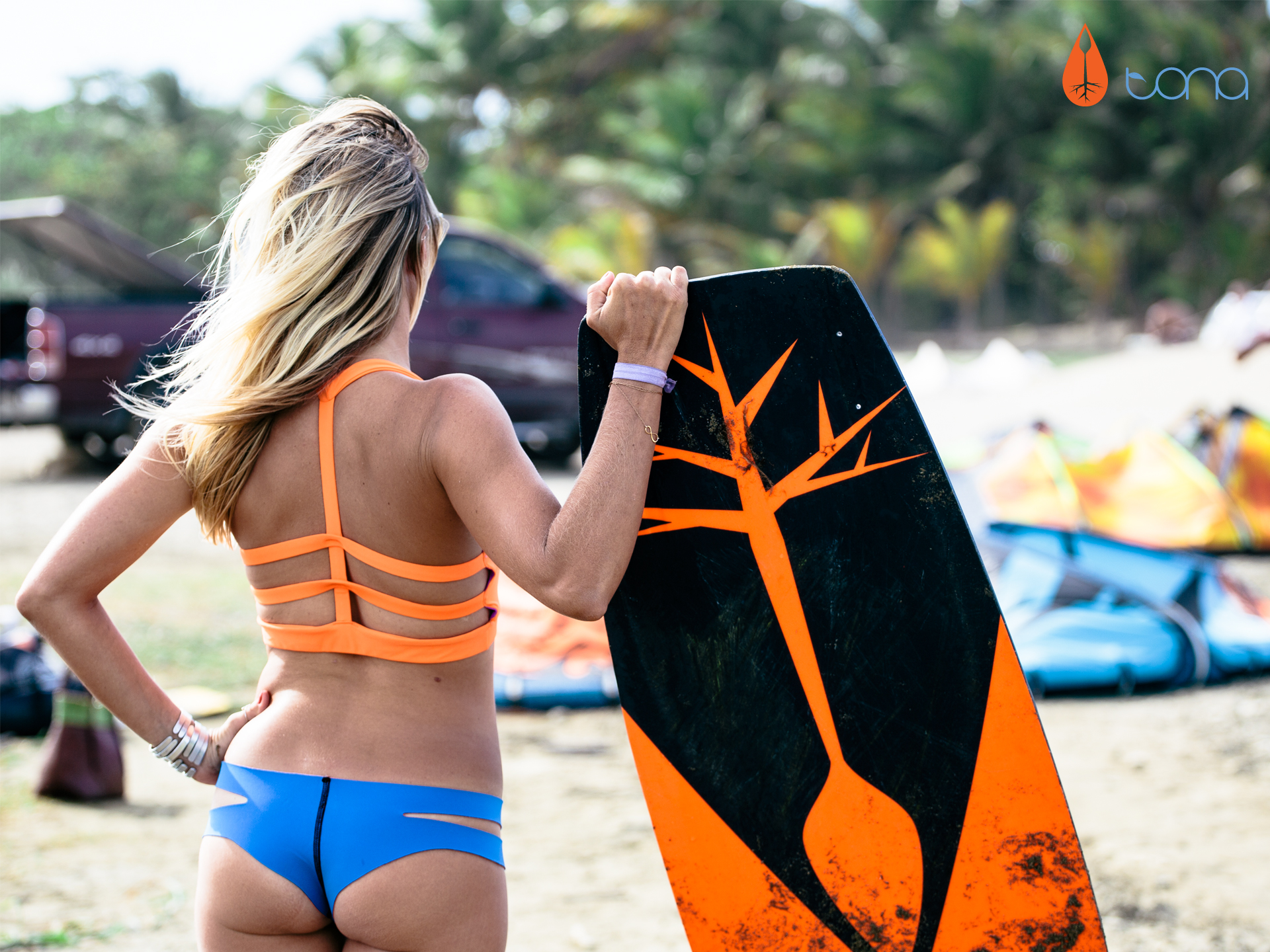 kitesurf wallpaper image - Susi Mai getting into the flow of Tona Boards posing with kiteboard - in resolution: Standard 4:3 1920 X 1440