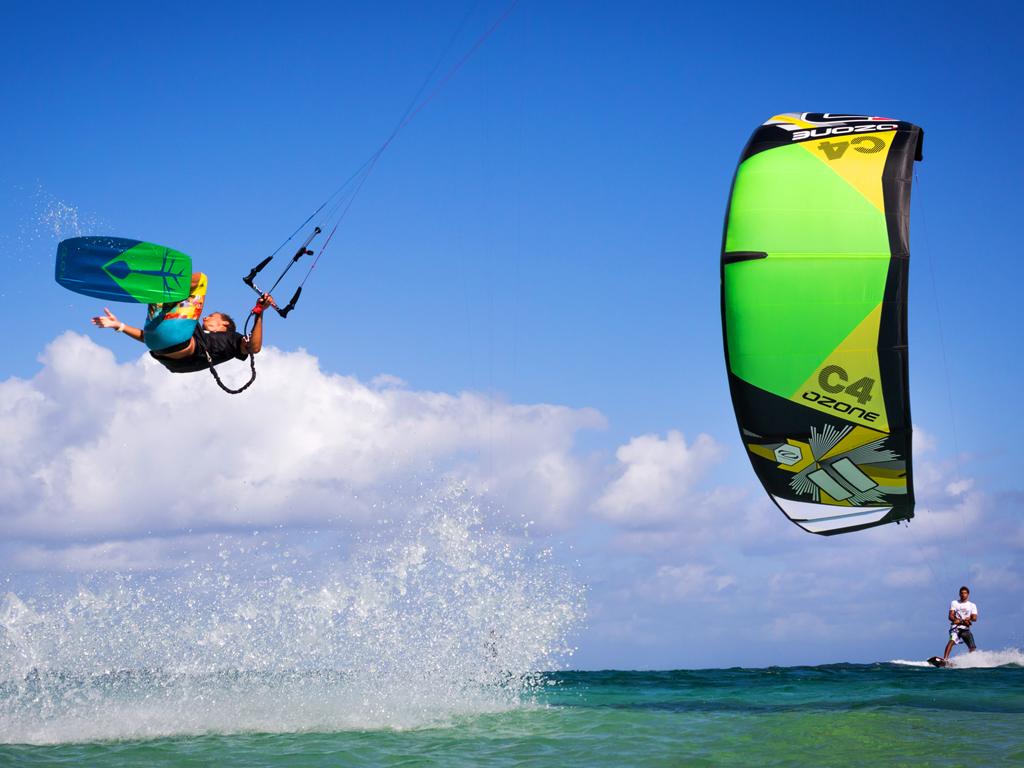 kitesurf wallpaper image - Jake Kelsick on the Tona Pop board handlepassing awefully close a C4 Ozone kite - in resolution: iPad 1 1024 X 768